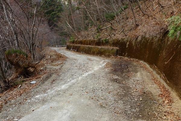 写真、手前が舗装路と砂利道の境。ここからはグラベルの「国道」だ!!
