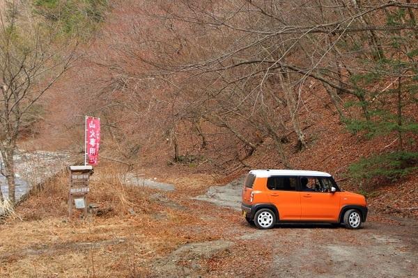 別アングルから見た国道152号線の車で行ける最終地点。この先は徒歩でも曖昧な道だが、川沿いが点線国道として地蔵峠まで延びている