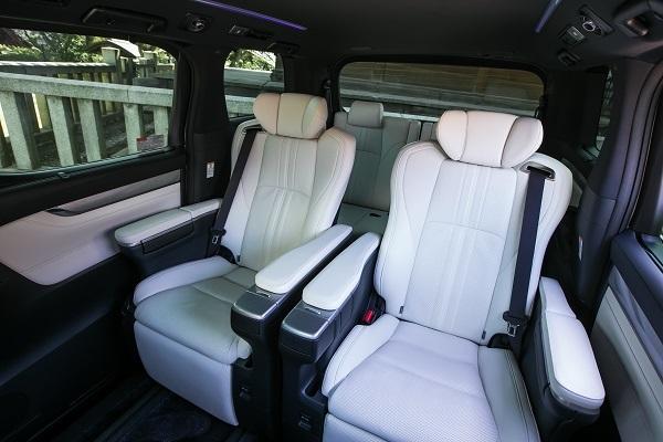 テスト車は上級のエグゼクティブラウンジ。このモデルは全座席のなかで2列目が主役であることが明確にわかるほど豪華な作り