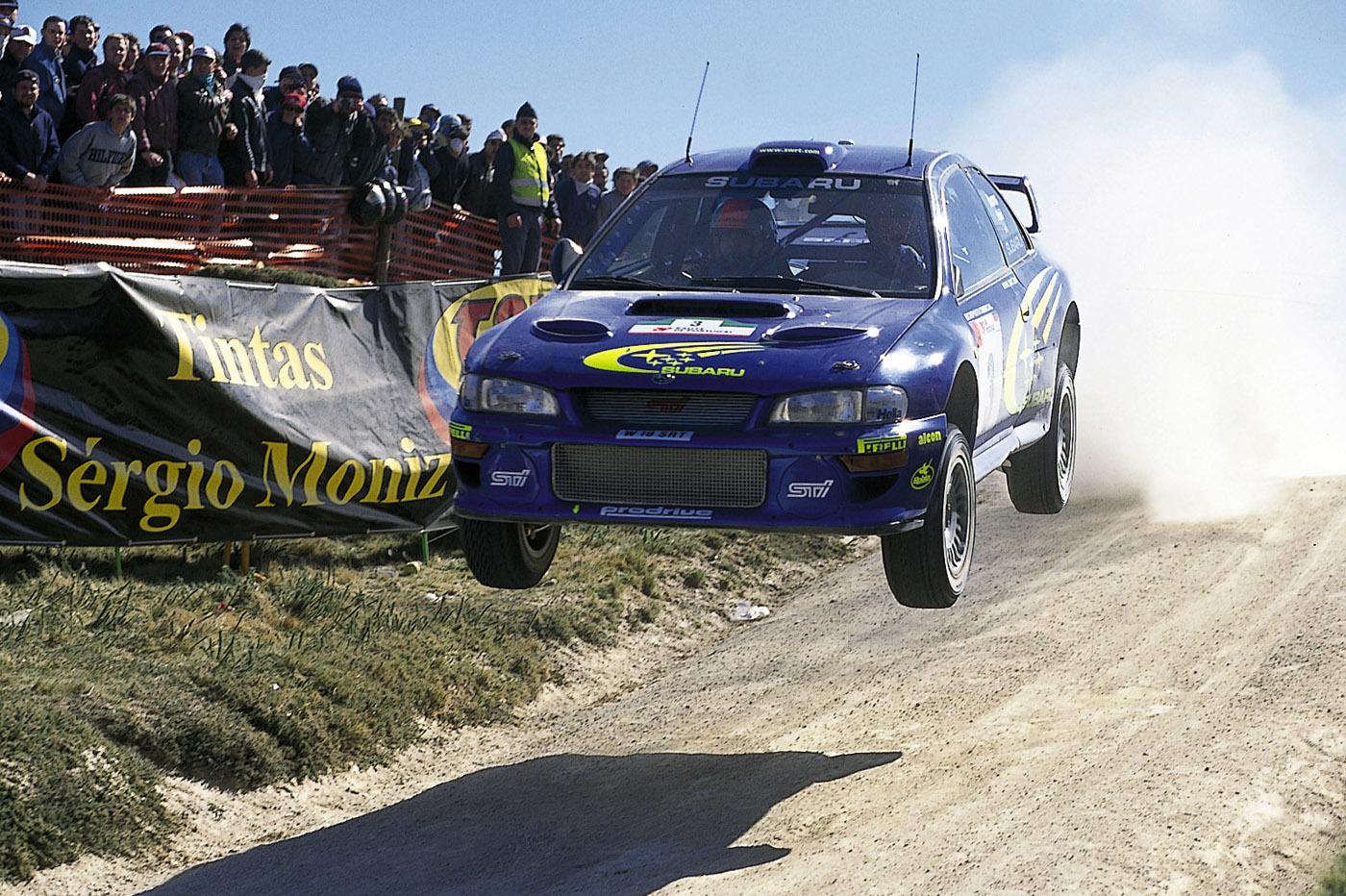 世界ラリー選手権で客席を一面「青」にしてみせたスバルのラリーチーム。当時は「555」のステッカーを車体に貼りまくったラリーレプリカ車も多く街中を走っていた