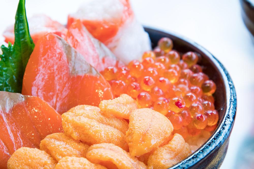 北海道といえば海産物! 各地で開催されている朝市で海鮮丼を食べる!! なんという贅沢三昧!!