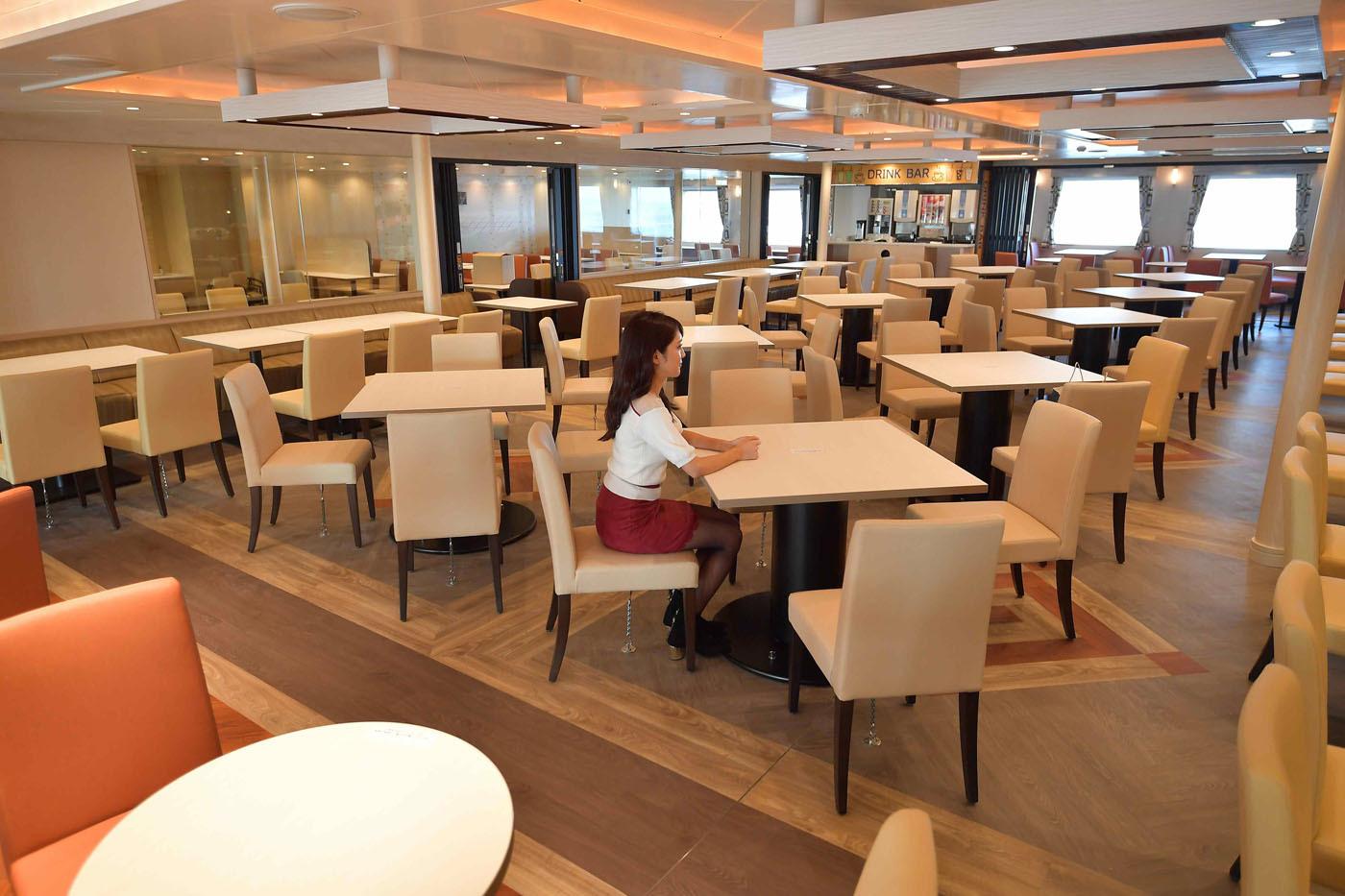 船内には豪華なレストランもあって、海を眺めながら夕・朝・昼食を楽しめる。水平線を眺めながら美味しい食事に舌鼓を打つ。なんという贅沢