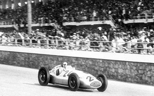 1939年のW165が優勝したシーン。戦前からモータースポーツで活躍しているメルセデスはそこで耐久性を鍛えたともいえる