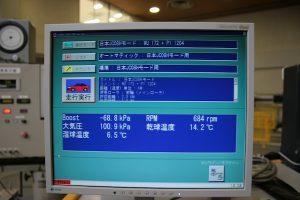JC08モードの燃費測定試験では、試験車のデータをこのようにモニタに表示し、管理している
