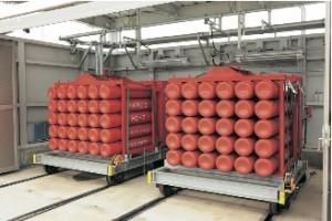 水素ステーションでは安全性に配慮した蓄圧機で保管され、ディスペンサーによってFCVに供給される