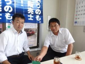 社長の菅井剛士さん(右)と、仕入れから販売価格までスタンドの仕事すべてを担当する平倉浩幸さん(左)。 お客さんに喜んでいただけるサービスを安く提供することでどうにかやっていますと2人は語る。