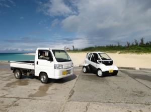 宮古島で実証実験中のホンダMC-βとアクティの2ショット。軽トラと比べてもふた回り小さい。