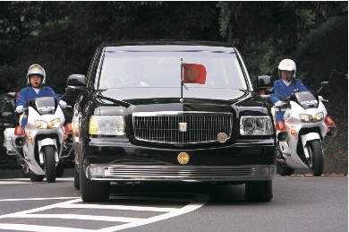 ボンネット上に掲出された天皇旗が翻るトヨタセンチュリーロイヤル。威風堂々たる顔立ちで、その車名に恥じない厳かな雰囲気を醸し出している。ちなみに国賓として来日した外国要人はセンチュリーロイヤルに乗車するが、その際、当該国の国旗を掲出する。