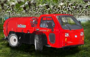 車体の3分の2近くを1000ℓのタンクが占める。快適装備はエアコンのほか、バックモニターや電動ミラーも装着される