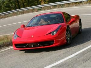458イタリアは570psを発揮する4.5ℓ V8をミドシップに搭載。最高速度は325km/h。価格は2920万円