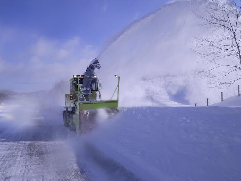 ロータリー式除雪車の操作は非常に繊細な操作が要求される