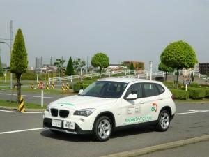高速教習時にメインに使われるSUVのBMWX1教習車。