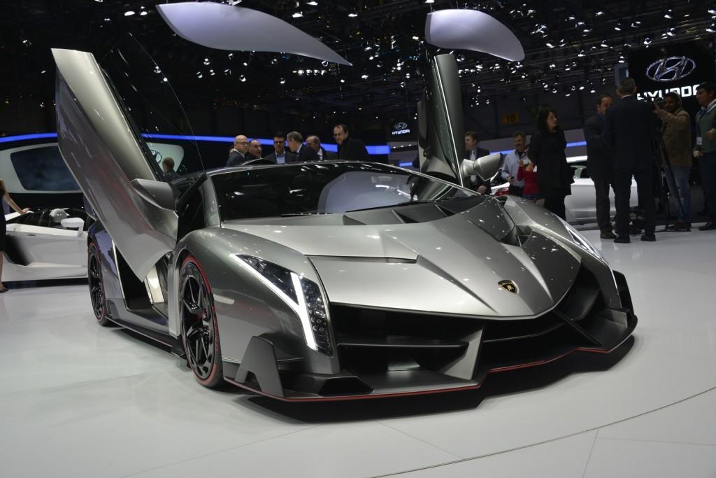 ランボルギーニヴェネーノ(3台)4億円。創立50周年を記念して製作された限定モデル。アヴェンタドールをベースにモノコックからボディパネルまでカーボン化し、最高速は355km/h。のちに9台限定でオープンのロードスターも追加