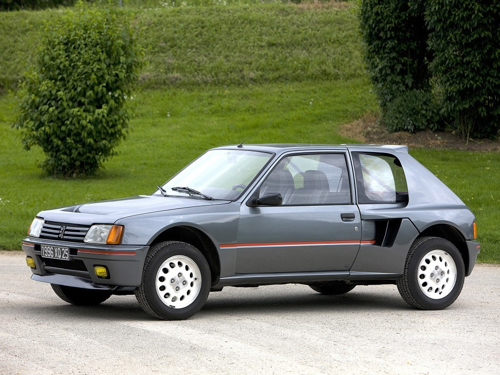 プジョー205ターボ16ロードカー(200台)1984年800万円。 当時のWRCグループB規定に則り、'84年に200台が生産されたホモロゲモデル。エクステリアはその前年デビューのコンパクトカー、プジョー205に似ているが、実はまったくの別物でミドシップ4WD車として製作された。