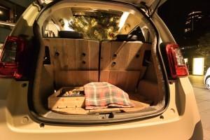 後席シートバック、荷室フロアには天然木の踏み板木材を使用することで汚れやキズなどに気兼ねなく使える