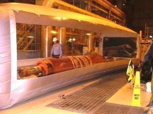こちらは巨大な発電機用のローターを内部におさめているワークステーションの様子。