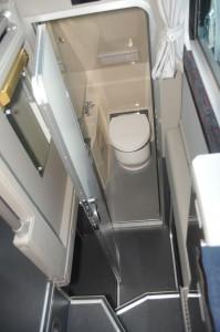 夜行バスの室内の下部にトイレが設置されている。