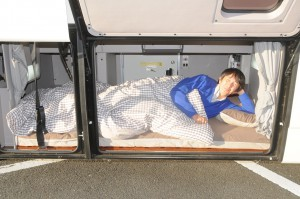 交代ドライバーのための仮眠スペースはエアコン、照明装備で快適。なお、外側ハッチは撮影用に開けたもので通常は開かない