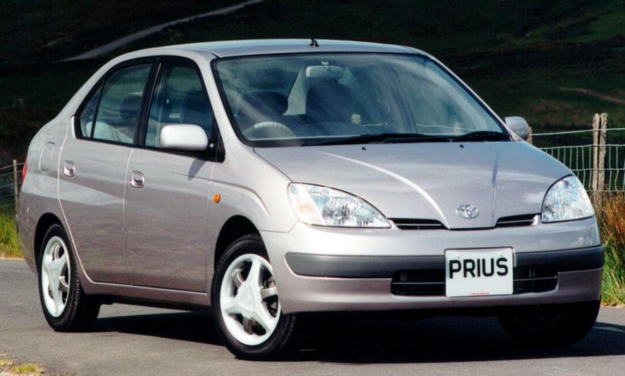 [画像]21世紀になる前の1997年、量産世界初のハイブリッドカーとして誕生した初代プリウス。自動車史に残る革命車