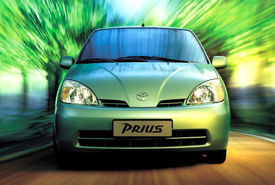 [画像]トヨタ 初代プリウス…ハイブリッドカーの先駆者である初代プリウスは、やはり技術的にも自動車史に残る金字塔。発表時10.15モード燃費は28km/Lだった