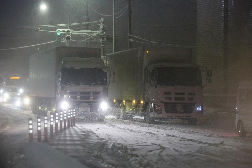日本の物流を支えるトラックドライバー 「大雪で立ち往生」のエピソード