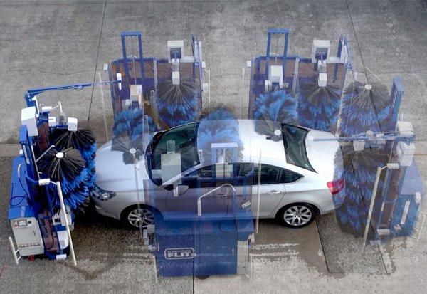 自分で歩いてクルマを洗車!? 約4分ちょいでピッカピカ きれい好き優等生ロボ「FLIT(フリット)」爆誕