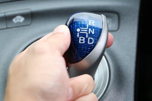 多発するペダル踏み間違い事故 操作ミスだけでないAT車の誤作動による危険性