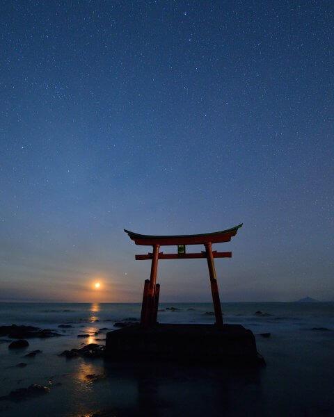 夕陽、そして満天の星をバックに立ち上がる海中鳥居の絶景!