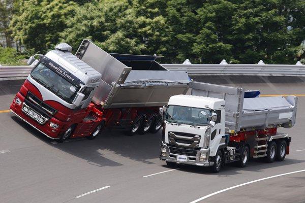 ドライバー不足解消に期待のエース! でっかく運ぶ新型ダンプトレーラ続々登場!