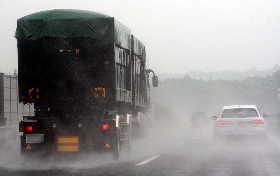 事故の割合実に4倍!!? 梅雨の日&雨の日の愛車メンテ術