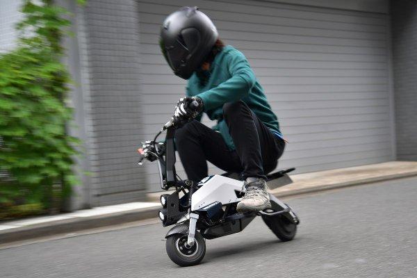 F1パートナーが創った未来の電動ビークルに試乗 刺激的で車いすの動力源にもなる!