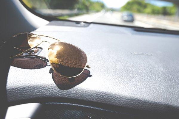 目の日焼けが運転疲れの原因だった!? 運転中にサングラスが必要なワケ