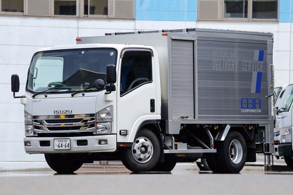 箱型ボディで雨や埃をシャットアウト! 清潔・安全でドライバーにもフレンドリーな医療用ガスボンベ運搬車とは?