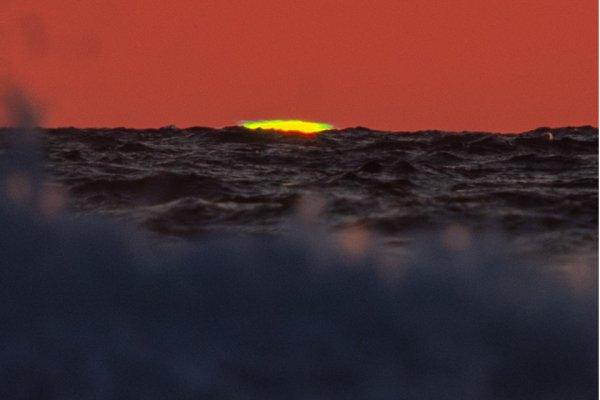 見ると幸せになる!? 水平線に現れた奇跡の大気現象・グリーンフラッシュ!