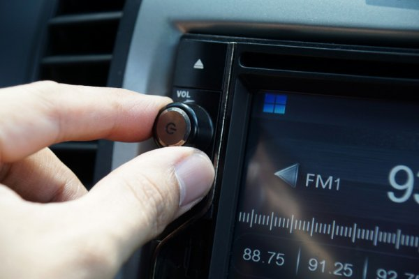 ザザザッというクルマのラジオからの雑音!? 音によっては要注意 原因と対処法