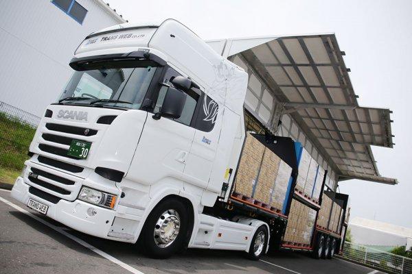 セミトレーラ1台で大型トラック2台分の積載量を実現! トランスウェブが導入したドイツ生まれの超特殊ウイングトレーラがスゴい!