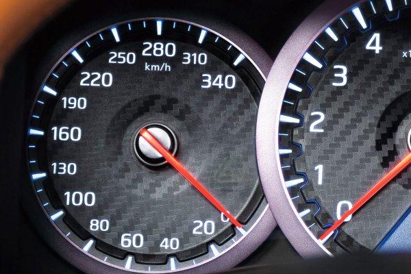 日本車の速度メーター なぜ上限180km/h超登場?