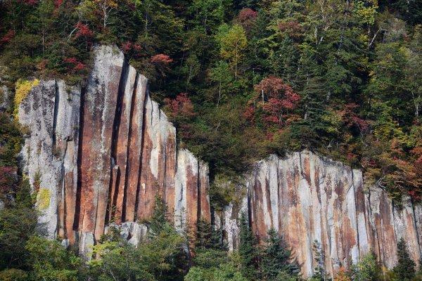 北海道の絶景ドライブルート! 奇岩と紅葉が20km以上にわたって続く層雲峡渓谷