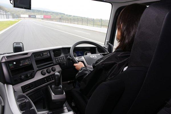 運転でヘルニアってマジ!? 実は超重労働なトラックドライバー腰痛事情